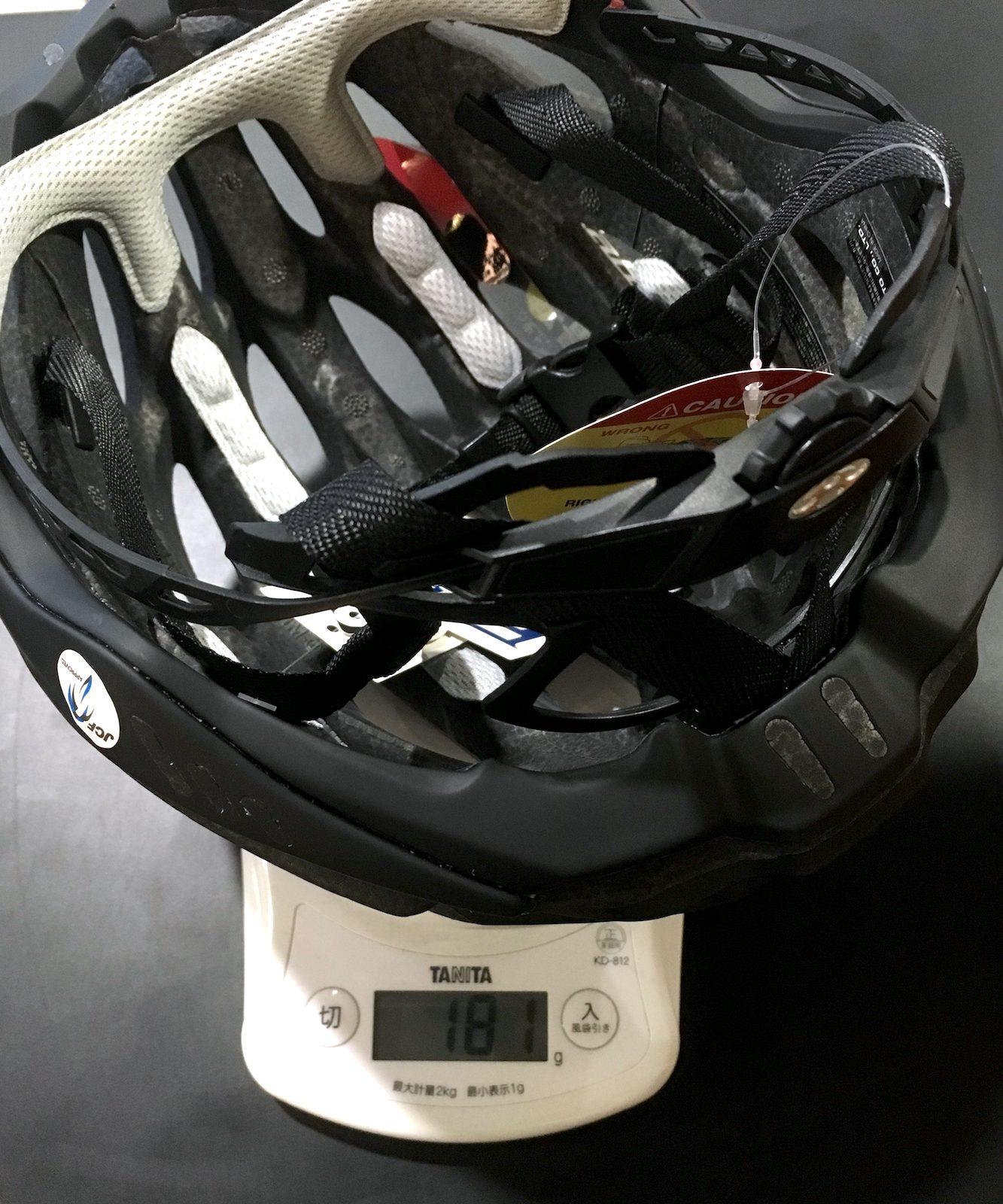 ヘルメットの重さを計っている写真