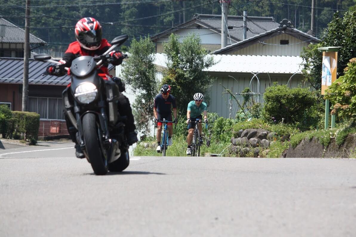 オートバイがいるだけでレースっぽくみえる?