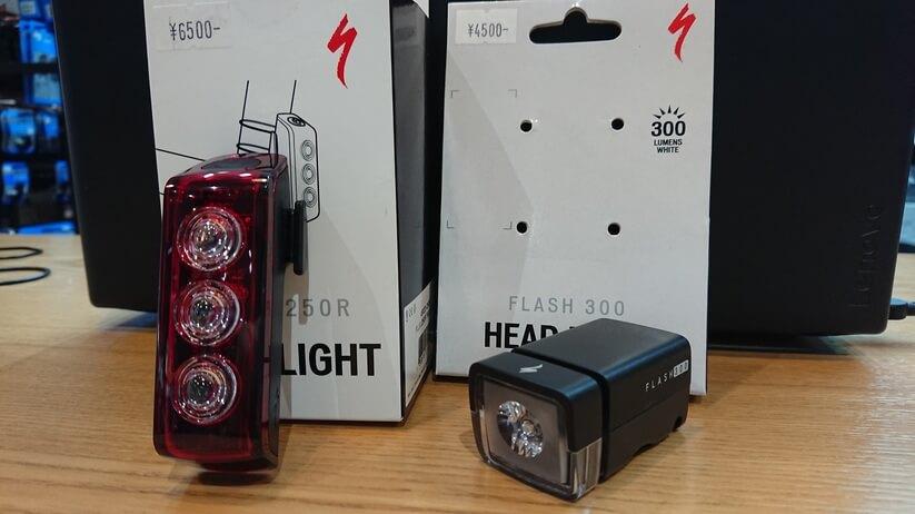 「FLASH 300/500 HEAD LIGHT」と「FLUX 250R TAIL LIGHT」